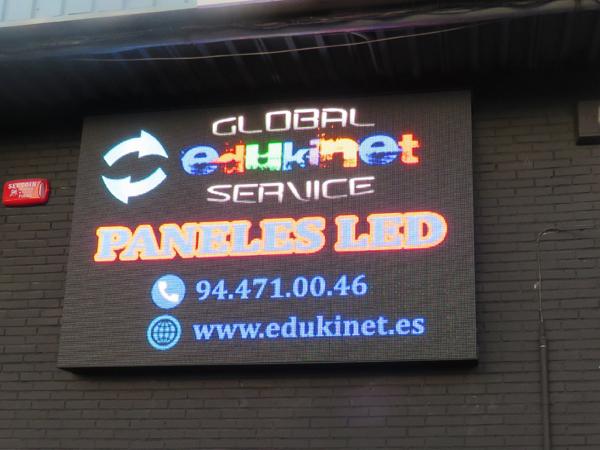Panel LED instalado en pared
